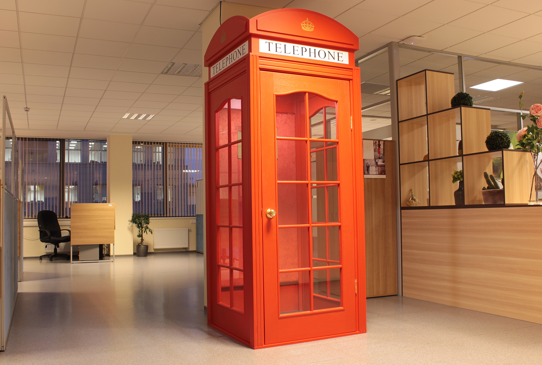 Английская телефонная будка в интерьере фото